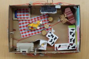 Zur Ausstattung gehört bei diesem Karton unter anderem eine Klingel, die sich über zwei Knöpfe betätigen lässt – eine sogenannte Oder-Schaltung.